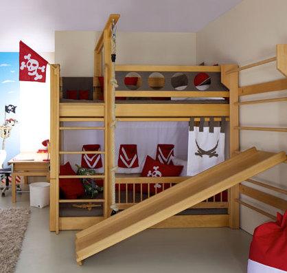 Etagenbett mit Rutsche und Sprossenwand